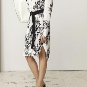 Lækker kjole / tunika  Style Kashina  100 % viscose  Brugt få gange  Mp 600 pp