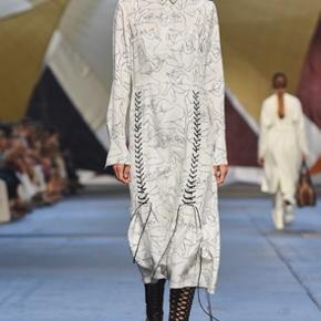 Super flot kjole med snor detaljer og dame krop print, fra By Malene Birger. Min kjole er hvid, modellen er magen til den sorte kjole på billede nummer to 🌻 Obs. den ene strop er blevet syet bedre på efter mindre skade🌷