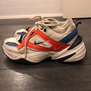 Sælger mine Nike m2k tekno i orange og blå. De er slidte i hælen, men ellers i god stand. De er lidt beskidte på billedet, men vaske inden salg :)  Sælges da jeg ikke bruger dem længere