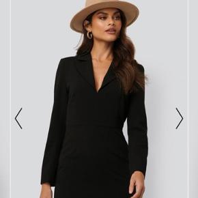 Sharp suit dress fra NA-KD. Aldrig brugt, stadig med prismærke. Har lynlås i siden.  Byd gerne