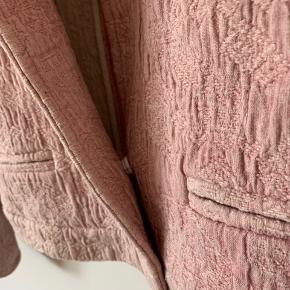 Flot, kort jakke i fint bævet stof Lukkes med en tryklås. Man kan sagtens selv påsy flere såfremt dette ønskes. Fremstår uden fuller ell pletter.