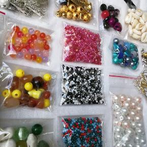 Smykkematerialer / Smykkefremstilling ✨ Perler, låse, ørehængere mm. ✨ - Palietter: 8 forskellige farver og massere a forskellige figurer. ✨ Posen er helt fyldt  - Blandede Roacailleperler: 3 forskellige slags Lyserøde, sort, hvid, metalic grå, mørkegrøn, blå og rød.  - Blandede perler: Farvesolteret i gul, grøn, blå, og lilla.  - Akrylperler i både lyserød og hvid.  - Blandede poser med guld og sølv perler.  - Muslinger.  - Låse - Forskellige par ørehængere.