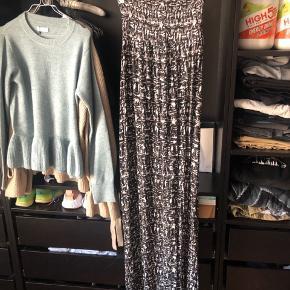 Maxi dress perfekt til sommer, brugt 2 gange  Har slids til knæet i begge sider, så er nem at gå i   #30dayssellout