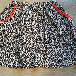 Varetype: Nederdel Farve: Multi Oprindelig købspris: 249 kr.  Flot nederdel fra Name it i str. 152/12 år. Nederdelen er i det blødeste lækre materiale, som holder den flot i farve og stand.
