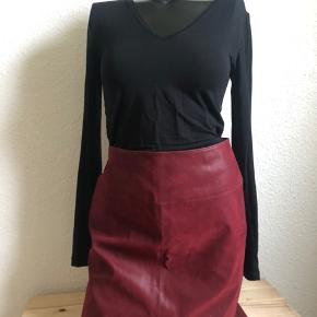 Bordeaux colored skirt from esprit in size S. Material is polyester. Never used.