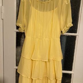 Den sødeste kjole fra Vila 💕 Stadig med prismærke og virkelig smuk!  Underkjole medfølger, så den ikke er gennemsigtig 😊