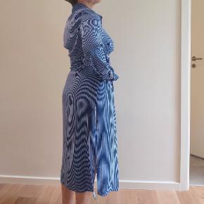 Sælger min mors super smukke kjole fra Designers Remix, aldrig brugt, højst i et par timer og er helt som da den blev købt. Førprisen er over 1000 men kan ikke huske hvor meget.