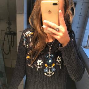 Mørkeblå bluse med blomster.  Tjek gerne mine andre annoncer ud!🌺
