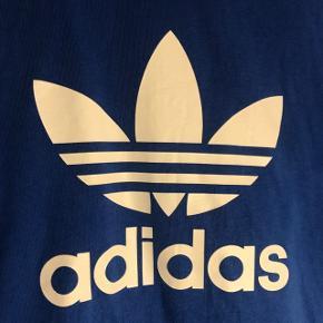 Super fed Adidas t-shirt, i rigtig flot blå farve. Brugt få gange.  Str. S Nypris: 250