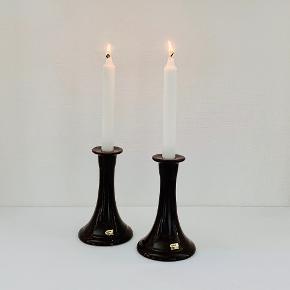 To super retro keramiske lysestager i smuk brun glasur fra svenske Guldkroken Hjo. Udført i 1970erne Passer til almindelige kronelys. Påsat guldlabel fra Guldkroken. Højde: 17 cm Diameter: 10,5/6 cm