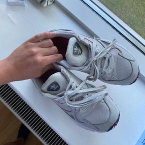 Jeg sælger mine Adidas Falcon i str. 37,5. De er brugte, men stadig i god stand!🌸 Nypris var 800 kr.  BYD endelig💛