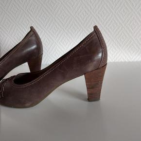 Varetype: Ecco sandal Farve: se foto  Flot sandal Der er en fold på den ene sko, uden betydning, de har været pakket væk