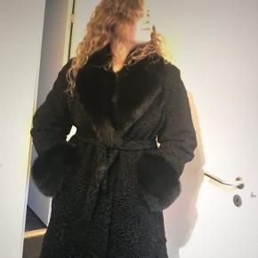 Mrk. Marco Gianotti - købt hos Stampe i Odense Super flot frakke, kun brugt 2 gange - ingen brugbar tegn - som ny.  Nypris 5600,00 Kvittering. Kan bruges fra str 40-46 (vidt billede str 40)