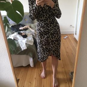 Kjolen er syet kortere end den er købt, men det kan ikke ses på nogen måder.