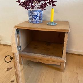 I meget fin stand og helt klar til maling, hvis du ønsker en fin farve i stedet for træ.  Måler: 44x36x39cm  Det kan evt leveres i Aarhus og omegn.