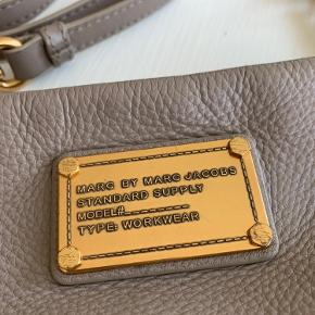 Lyse brun crossbody i rigtig fin stand. Uden slid eller brugsspor. Lidt patina på selve guld logoet, men ingen rust eller misfarvning.