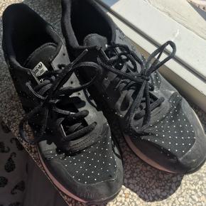 Fine sorte Adidas sneakers med hvide prikker. Godt brugt men kan nok blive fine igen i vask. Kan afhentes på Nørrebro.