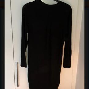 kjole/tunika, Lavet i glat stof foran og tynd/fin strik på ryggen.  Ryg stoffet er længere end foran  Sender ikke