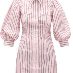 Smuk stribet Ganni kjole med pufærmer. Brugt få gange og uden fejl. Kjolen er en str 42 men passer mere en str 40