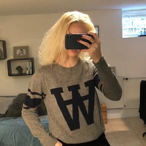Flot Wood Wood sweater i grå med blå striber og WW.  Str. Xs men fitter også small