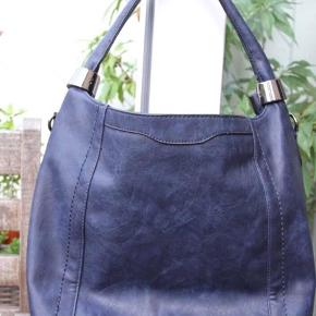 Lækker mørkeblå taske med flere indvendige rum og skulderrem.  Ny og aldrig brugt.  Sælges for 250kr pp