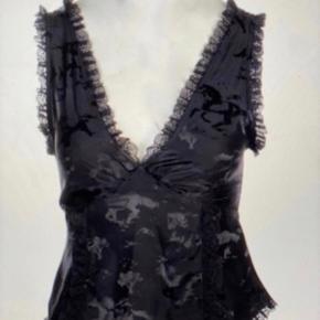 Sælger denne smukke udsolgte silke top fra ganni i str M. Brugt 1 gang i 3 timer. Fejler ingenting. Gav 1900kr. BYD :)