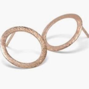 """Rosa forgyldte øreringe. De er aldrig brugt men de er blevet lidt """"misfarvet"""" i æsken - det kan sagtens pudses."""