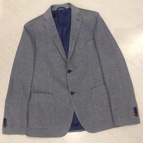 Brand: JOHN BARRITTVaretype: NY MED MÆRKER SMART BLAZER JAKKE Farve: Grå-Blå Oprindelig købspris: 2099 kr. Kvittering haves.  BETALING VIA MOBILEPAY!  John Barritt, inspired by the English style, creates a casual and elegant total look for every man. High quality fabrics and sartorial expertise: these are John Barritt's distinctive features that set it apart from its competitors.  JOHN BARRITT MAN JACKET, SLIM FIT, FULL BODY LINING, TWO BUTTONS, DOUBLE VENT, FLAP POCKETS, AMF. KNITTED FABRIC, COLOR GREY-BLUE. COMPOSITION 100% COTTON.