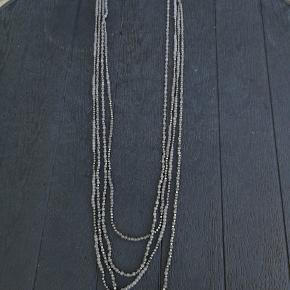 Jeg sælger ud af mine mange halskæder (forskellige mærker) til en skarp pris: 1 stk. for 20,- 3 stk. for 50,-  Jeg har 12 kæder i alt, så jeg har lavet to annoncer. Send mig en besked på den/dem du vil købe, og så får jeg oprettet en handel.