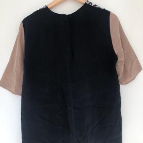Sælger den smukkeste silke bluse fra Wood Wood da jeg desværre ikke får den brugt.