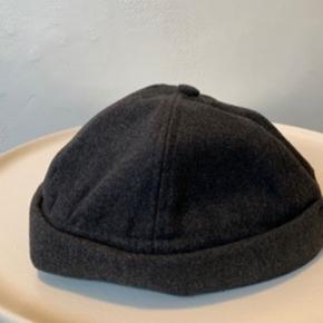 Grå / mørkegrå unisex docker hat fra UO i str. one size. Kan reguleres lidt bagpå. De to første billeder er af den jeg selv har i brug - og den nye ubrugte / indpakkede der sælges. Har den også i sort - se anden annonce! Materiale er 90% poly og 10% blød uld. Sælges for ca 1/2 pris pp. Hvis brevpost via postnord kan Porto reduceres til 20.