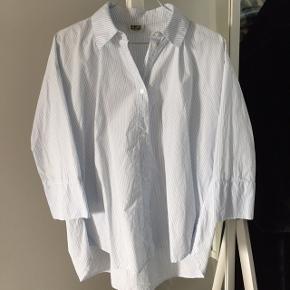 Sød skjorte fra Weekday. Str. xs men passer også en small ☀️