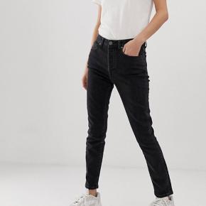 Helt nye jeans fra Tomorrow. Modellen hedder Hepburn Mom Jeans - og de er kun prøvet på!  Str. 29