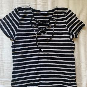 Sort og hvid trøje med snore detalje ☺️ BARE BYD 💞