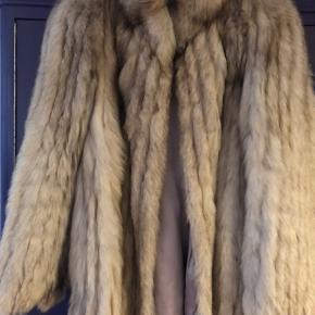 Rigtig fin silverfox pels, har lille skulderpude der gør den meget feminin og perfekt længde.  Fremstår pæn.