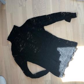 Bluse fra only med det smukkeste mesh stof. Lukkes med lynlås bagpå