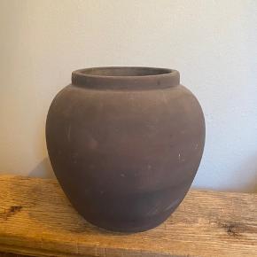 Smuk vintage ler krukke sælges 26 cm høj og diameter 15.5 cm. Nypris 900,- Bytter ikke
