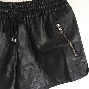 Fede shorts i imiteret læder fra Saint Tropez. Pris: 100 kr. eller andet godt bud!