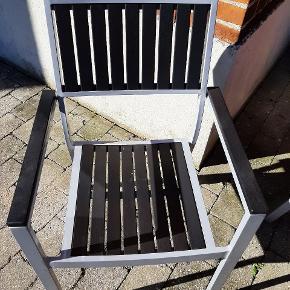 Havebord med otte stole og hynder i vedligeholdelsesfrit mareriale, sendes ikke.