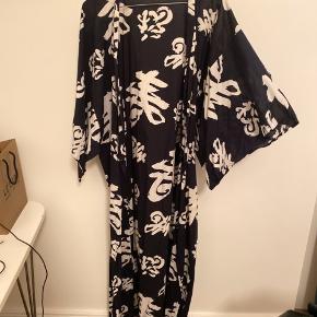 Mørkeblå kimono. One size.