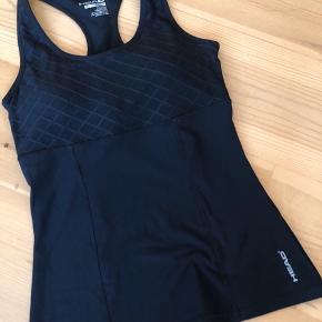 Smart træningstop fra HEAD i elastisk materiale - med vatteret bærestykke med mønster  Separat opslag for BH og træningsbukser