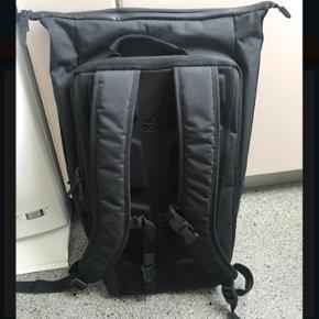 Lækker rygsæk fra Adidas som kan tåle vind og vejr. To store rum, flere små og rum til bærbar