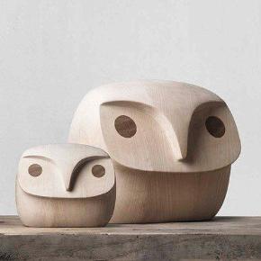 Howdy Owl fra Menu, stor træugle, Menu  Kæmpe træugle i massivt træ fra Menu designet af Engsvik & Stokke-Austad str. L (nypris kr 1800) h24 b26 d13 sælges: Bytter ikke:-)