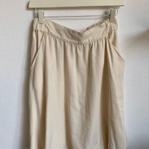 Hvid / off-white nederdel, til lige over knæet (jeg er ca. 172cm). Passer også en medium. 78% viscose, 22% polyester. Lys, let, luftig ☀️   Ps Jeg bytter gerne, hvis du har noget spændende 🕵🏻♀️