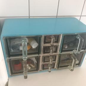 Original og med alle glas- skuffer. Sendes ikke skal afhentes på vesterbro i Kbh. Prisen er fast på 1000 kr.