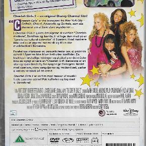 """2318 - Cheetah Girls 2, The (DVD)  Dansk Tekst - I FOLIE   Cheetah Girls 2, The  """"Cheetah Girls"""" er fire teenagere fra New York City – Galleria, Chanel, Aquanette og Dorinda, som alle drømmer om at blive store popstjerner. I Cheetah Girls 2 lykkes det pigerne at overtale """"Cheetah-mødrene"""", Dorothea og Juanita, til at tage dem med på en """"lærerig og kulturel oplevelse"""" til Spanien. Hvad mødrene ikke ved er, at pigerne har meldt sig til en stor musikfestival i Barcelona. Forskellige interesser og personligheder gør, at pigernes ophold i Spanien ikke bliver helt uden konflikter. De trækkes i forskellige retninger, og pludselig er det måske ikke så vigtigt at være en """"Cheetah Girl"""". Barcelona er en stor og spændende by for nysgerrige teenagere. Mødet med spaniere, store sangstjerner og modemiljøet sætter pigernes venskab på en prøve. Cheetah Girls 2 er en film med masser af musik i hede spanske rytmer! Pak kufferten og tag med til Barcelona!  Tekst fra pressemateriale"""