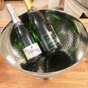 53-750. 100% ny ubrugt super flot hammerslået Champagnekøler. Mønstret giver en spændende skiftende lys spil & et eksklusiv look! Stor med plads til 7 almindelig flasker 0,75L eller 3 flasker Magnum 1,5L & 2 flasker 0,75L.  HxØ: 24x39,5 cm. 900 g.  Sælges kun 1.395kr.   En flot & praktisk måde at opbevare & holde sine drikkevarer, Champagne, mousserende vin, cava, spiritus, sodavand, øl & vine kolde på en elegant måde.         Perfekt til alle store fester/begivenheder: nytår, fødselsdage, dimission, studenterfest, svendegilde, bryllup, konfirmation, reception, fernisering eller til en romantisk varm sommerdag. Gaven til ham/hende som har alt.         Fra røgfri, børnefri & dyrefri hjem. Køb denne unikke & fede design ikoniske Champagnekøler før din nabo. Flasker følger IKKE med. Flot stand uden fejl/defekter! Se mine andre annoncer:  Flasker til 15L, champagnesabler, vinglas & Champagnekølere. Kan skaffe andre typer, så spørg om det.