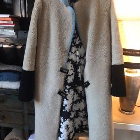 Smukkeste lammeskinds jakke fra Saks Potts i den fineste farvesammensætning. Prisen er fast🌸