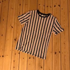 Stribet tshirt fra Zara med sorte, røde og hvide striber. De vertikale striber har en slankende effekt. Brugt en enkel gang og vasket 🌼