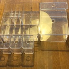 Akryl kasser/bokse til badeværelset, til skuffer. Der er plads til makeup, læbestift, smykker eller andre produkter. En stor kasse med forskellige rum, 1 mellem, 1 aflang, 3 små med låg.  Sælges samlet